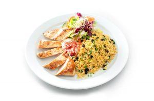 Hähnchenbrust mit Couscous und Joghurt-Minze-Dip